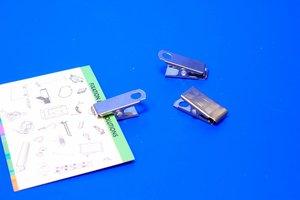 Badgeclip in metaal met een ophangoogje en steunvoetje  - Afmeting10x27mm - øperf.5mm